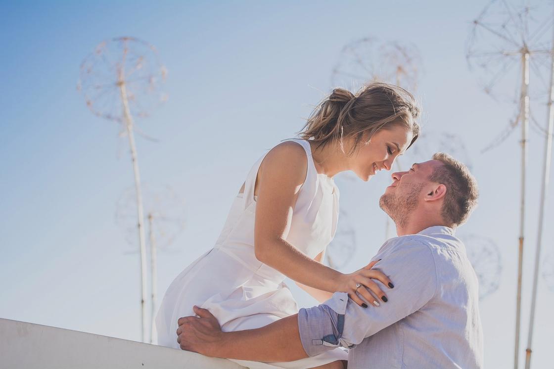 Парень и девушка смотрят друг на друга с любовью