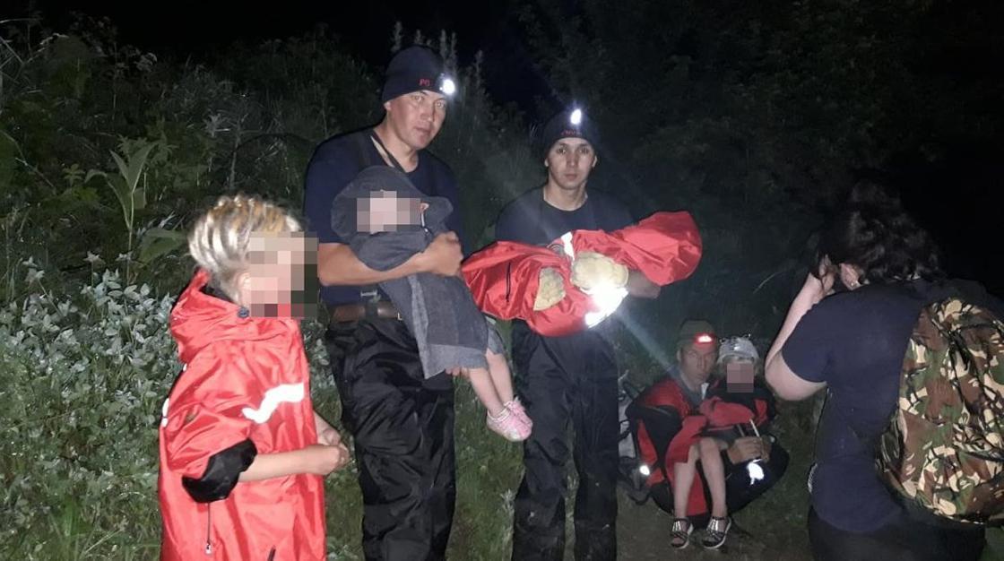Дорогу размыло дождем: многодетная семья застряла в горах Алматы (фото)