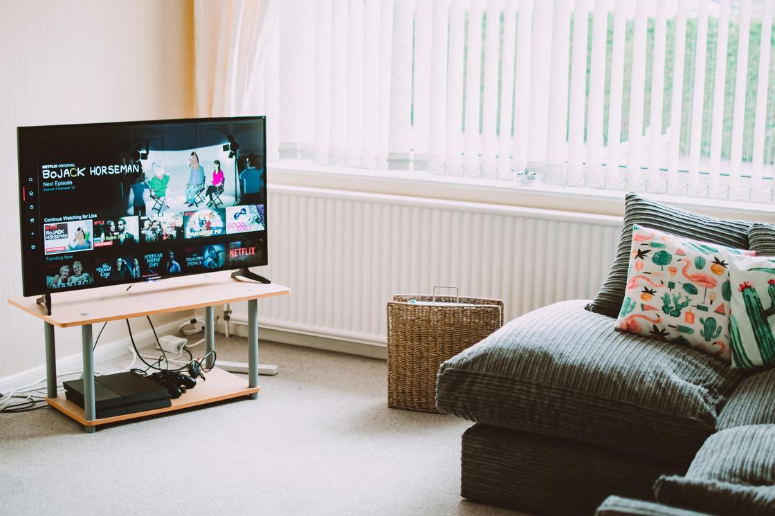 Диван, телевизор на тумбе