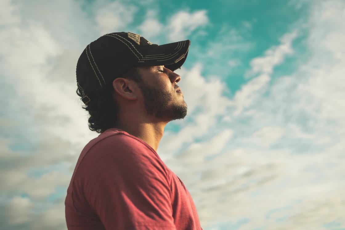 парень на фоне неба