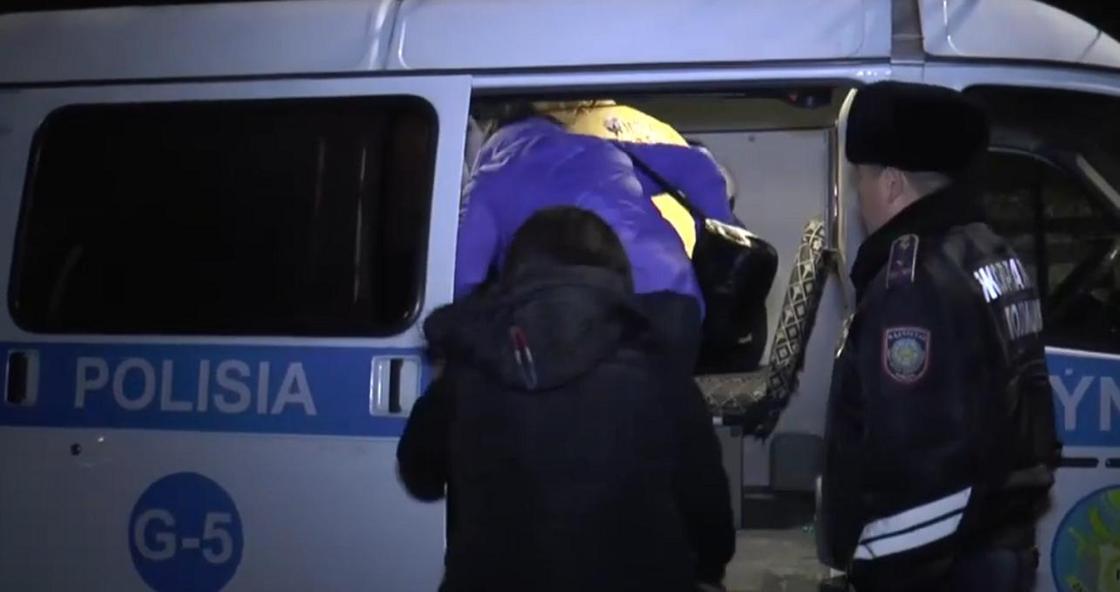 13-летнего подростка задержали за работу в баре в карантинном Алматы (видео)