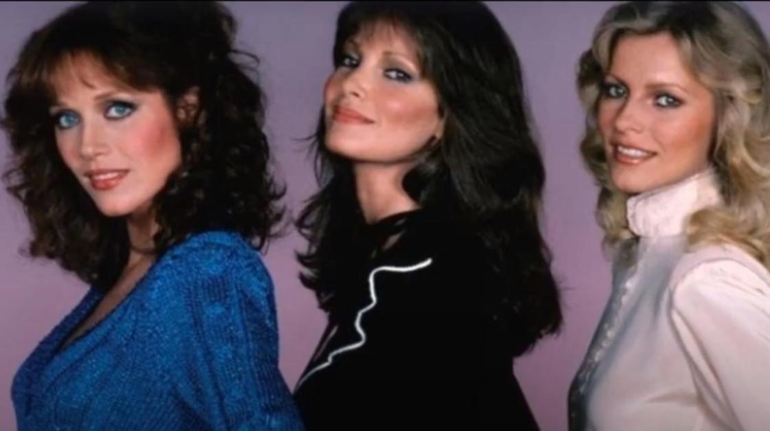 Таня Робертс и две актрисы