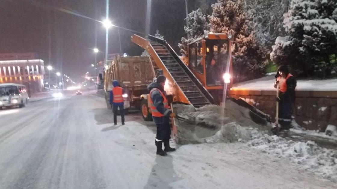 Как всю ночь убирали снег, показали в акимате Алматы (фото0