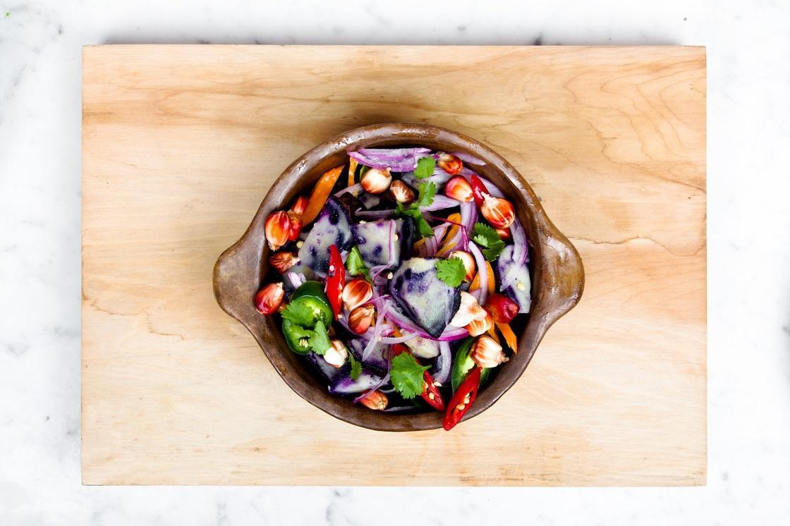 Пиала с овощным салатом