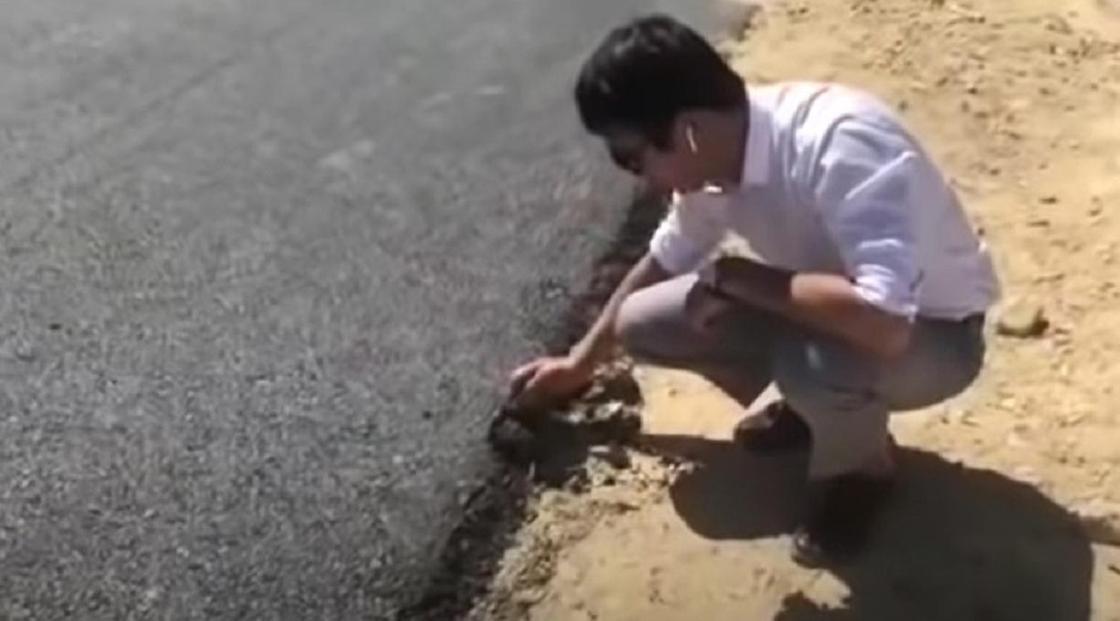 Жители Мангистау раскритиковали новый асфальт на дорогах (видео)