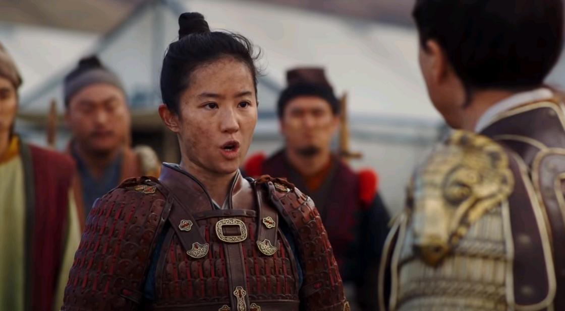 Кадр из фильма «Мулан». Девушка-воин стоит перед командиром