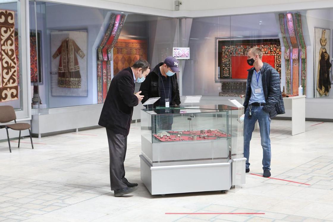 Мужчины рассматривают экспонаты в музее