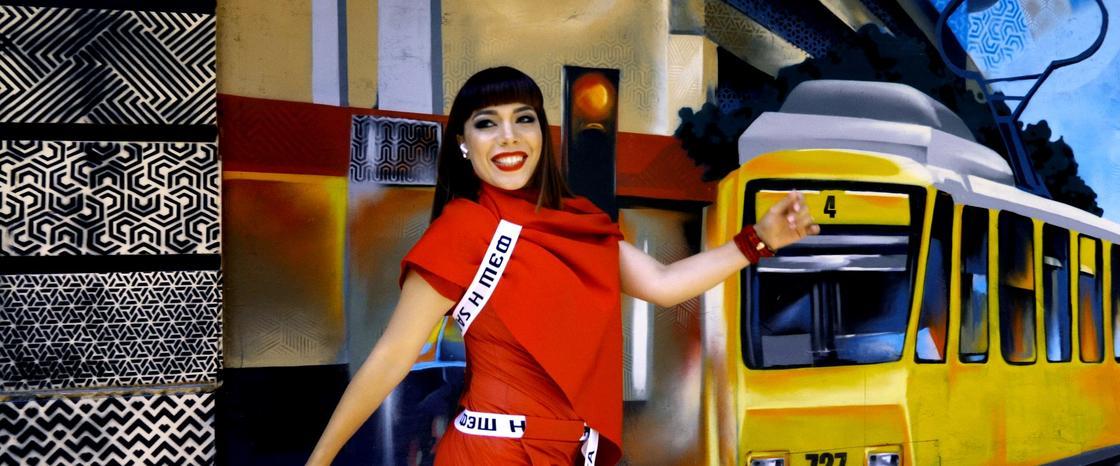 Диана Шарапова Алматы көшелеріндегі үй қабырғаларына салынған граффити суреттер аясында бейнебаян түсіріп үлгерді