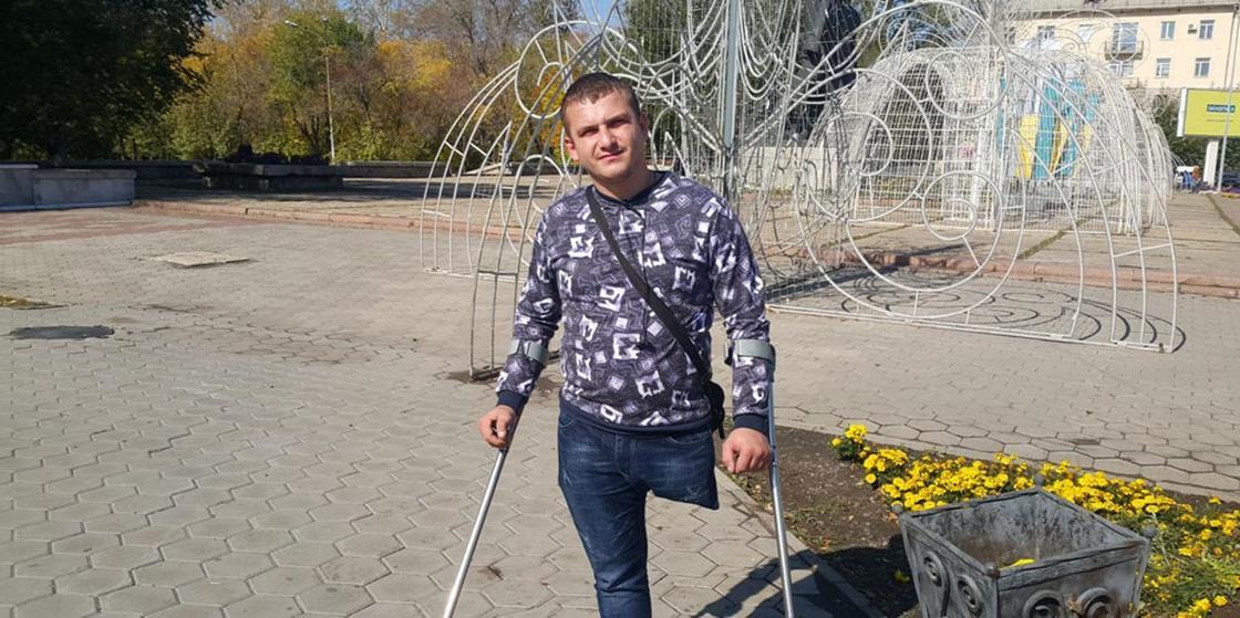 Оторвал ногу, чтобы выжить: фонд подарил сапожнику из Темиртау оборудование