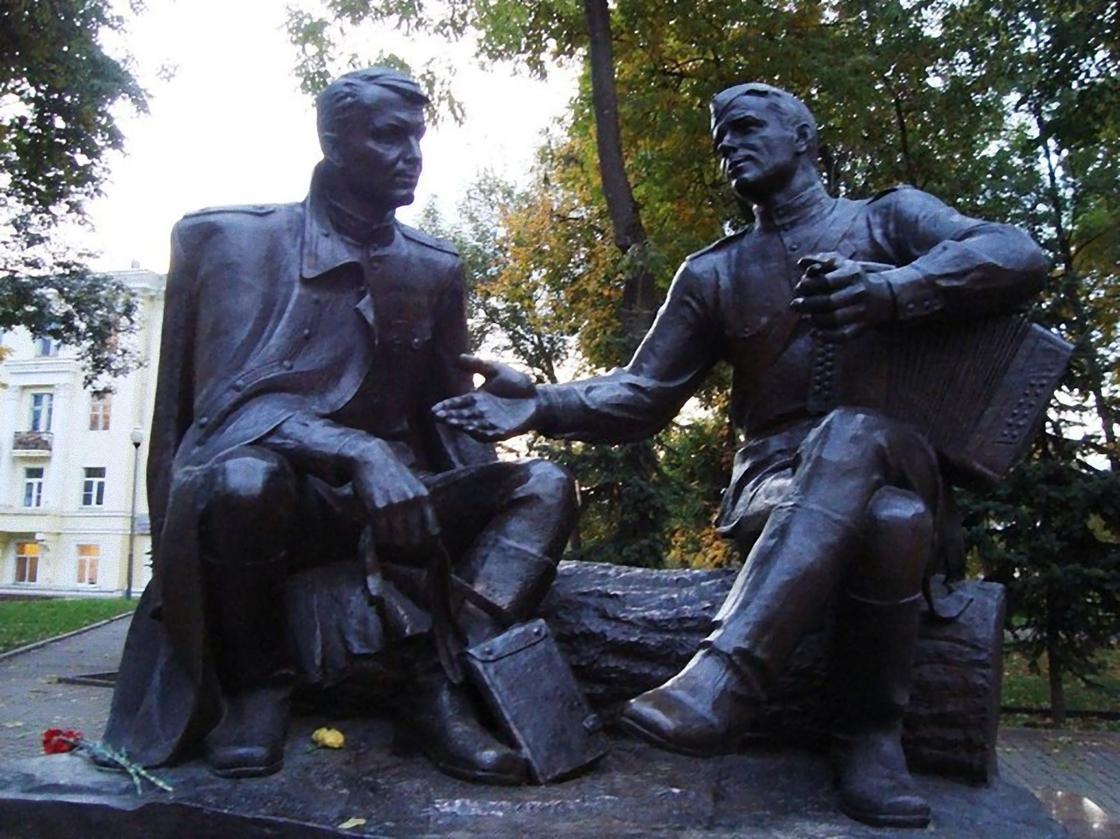 Памятник Твардовскому и Теркину