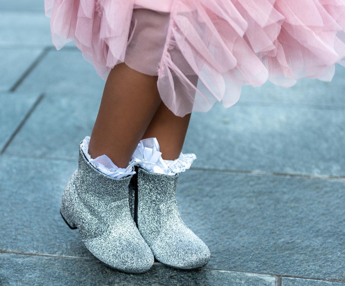 Серебряные сапожки на девочке