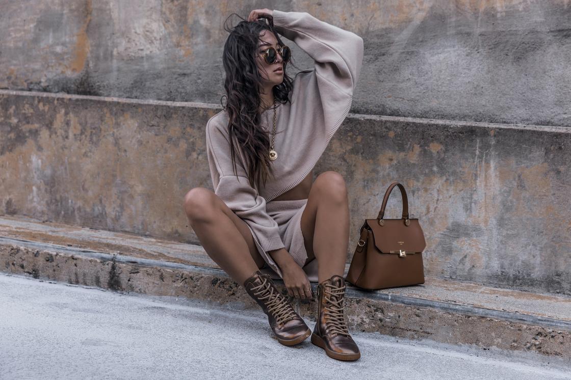 стильная девушка в бежевой одежде