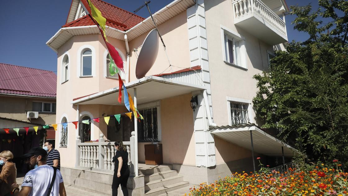 Дом стоит во дворе