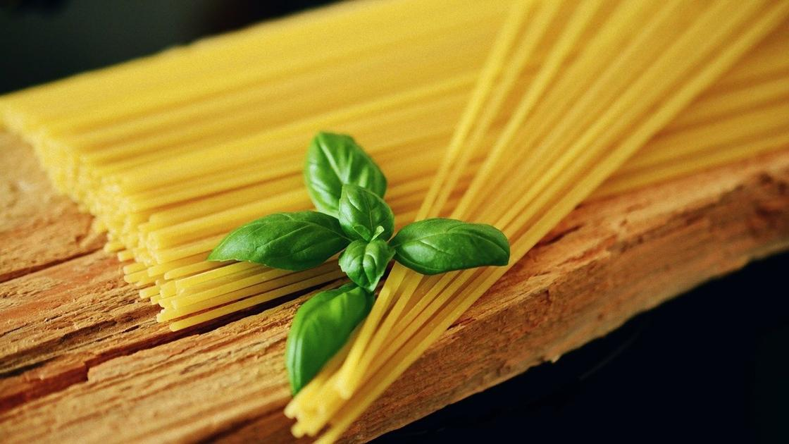 Спагетти и листик базилика