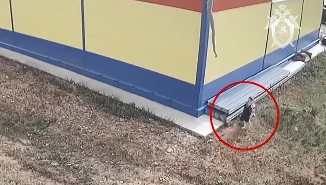 Оторвала пуповину и положила малыша в пакет: женщина родила и бросила ребенка у магазина (видео)