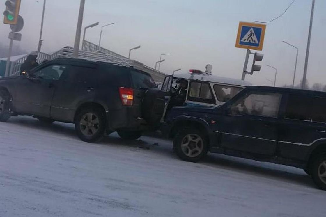 Семь автомобилей подряд столкнулись на перекрестке в Усть-Каменогорске (видео)