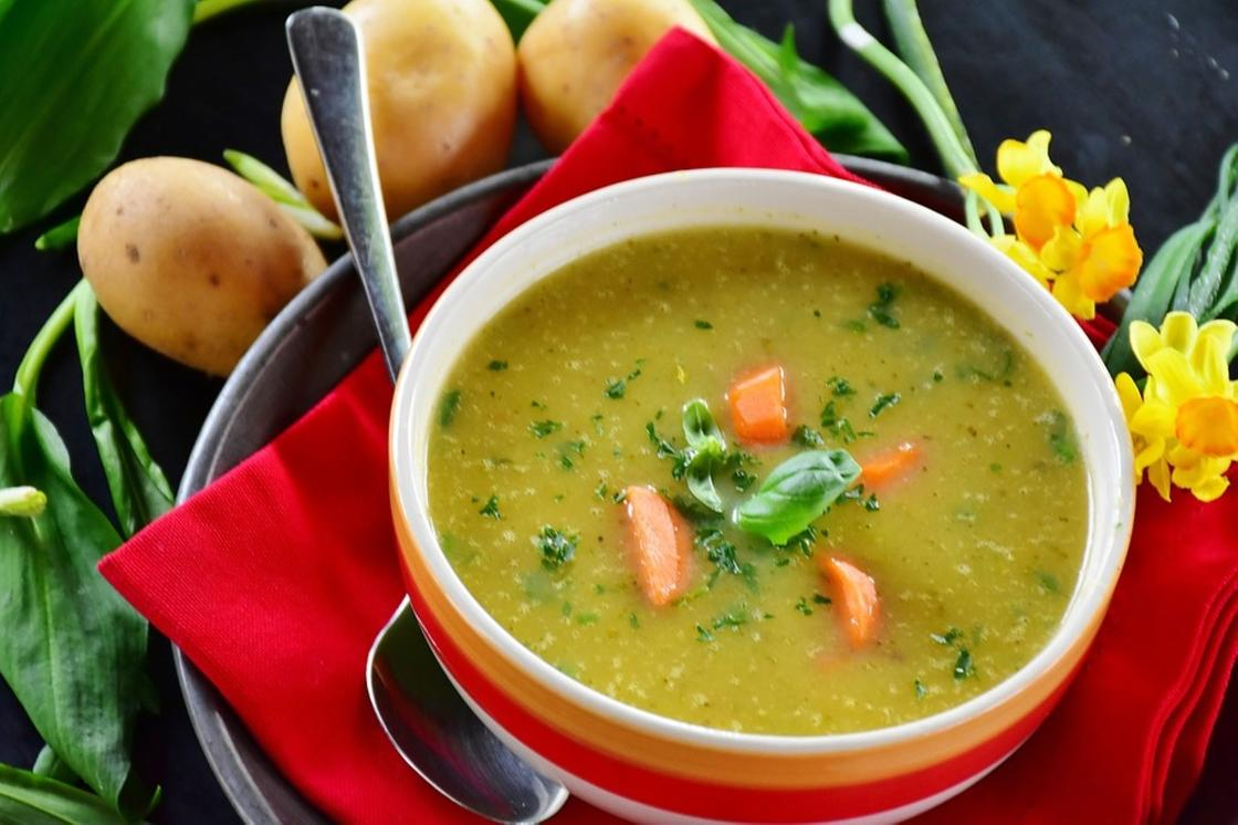 Овощной суп-пюре в тарелке