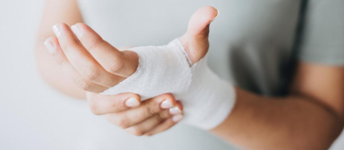 Пенсионерка из Алматы рассказала, как выпала из автобуса и сломала руку,а водитель поехал дальше