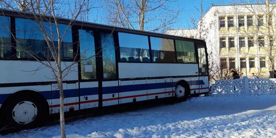 Автобус врезался в забор школы в Костанае