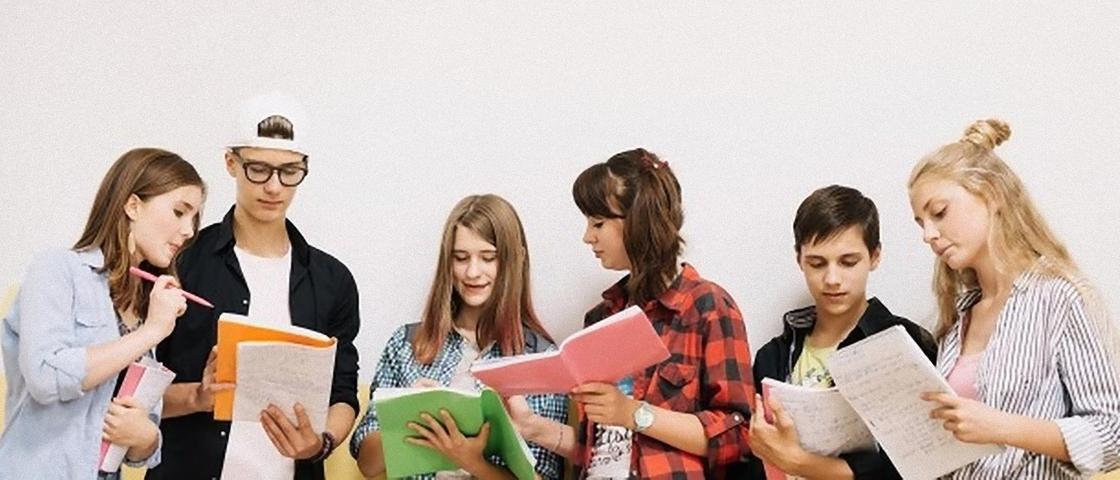 Студенты общаются