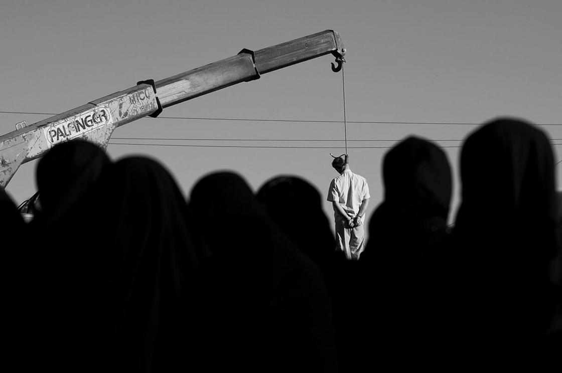 """ФОТОРЕПОРТАЖ""""Приводят детей, чтобы посмотреть"""": как в Иране собираются толпы зрителей на смертные казни (фото)"""