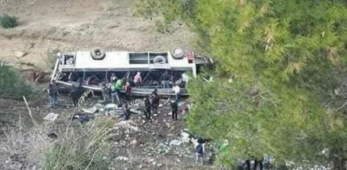 22 пассажира погибло в результате опрокидывания туристического автобуса (видео)