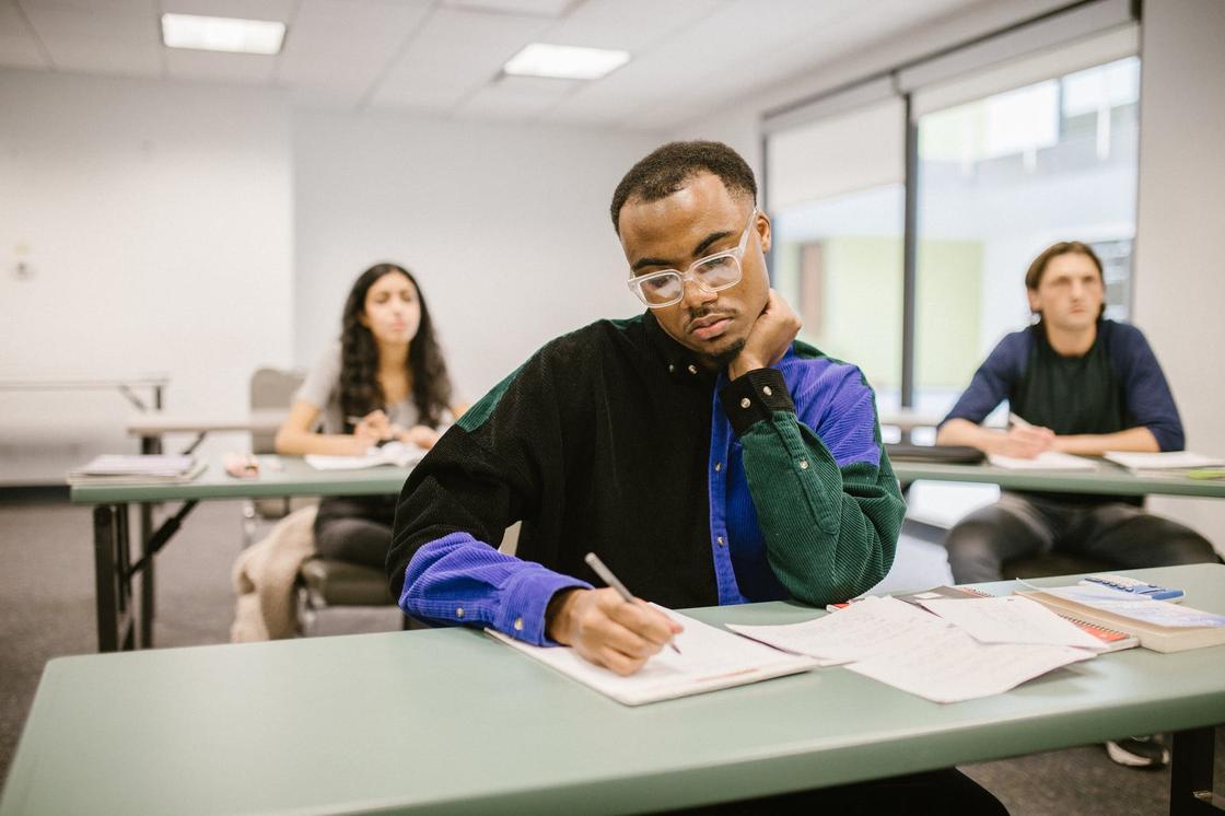 Студенты пишут конспект в лекционном классе
