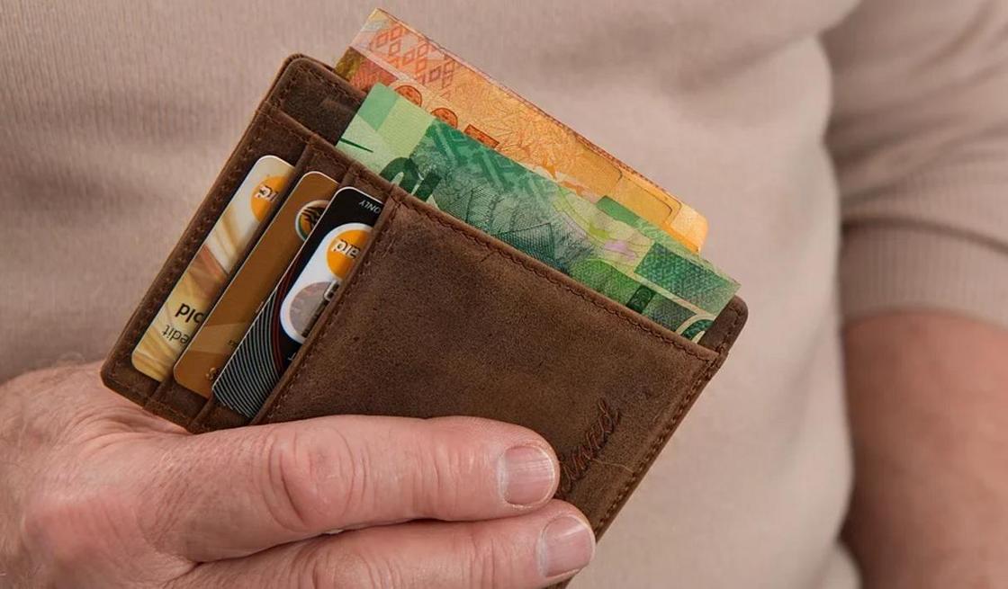 Почему нельзя отправлять фото банковских карт по WhatsApp, рассказали в полиции