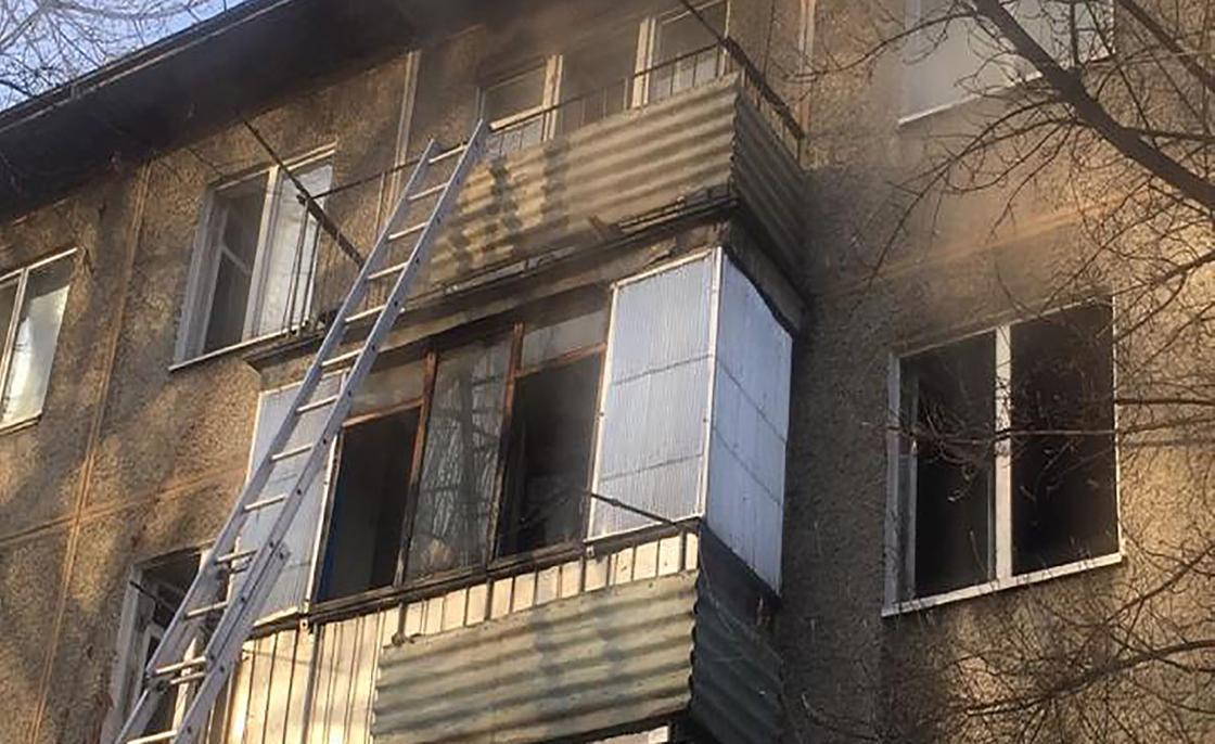 Пожар произошел в жилом доме в Алматы: из огня спасли девушку и мать с ребенком