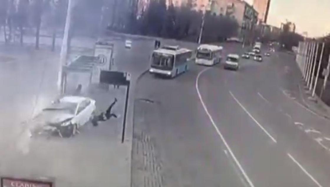 Уснула за рулем: студентка протаранила остановку с людьми в Волгограде