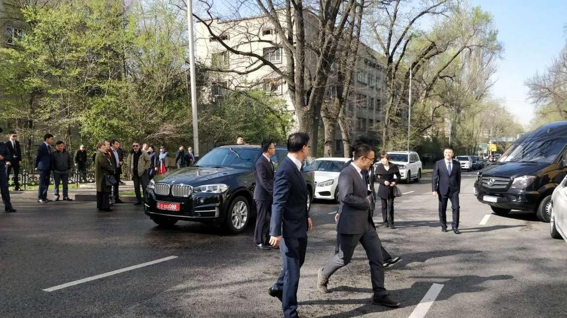 Кәрім Мәсімовтың әкесімен қоштасу сәті Алматыда өтіп жатыр (фото)