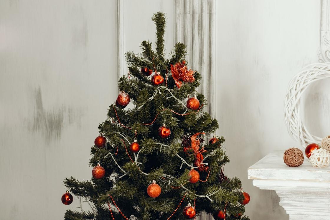 рождественская елка, украшенная красными шарами