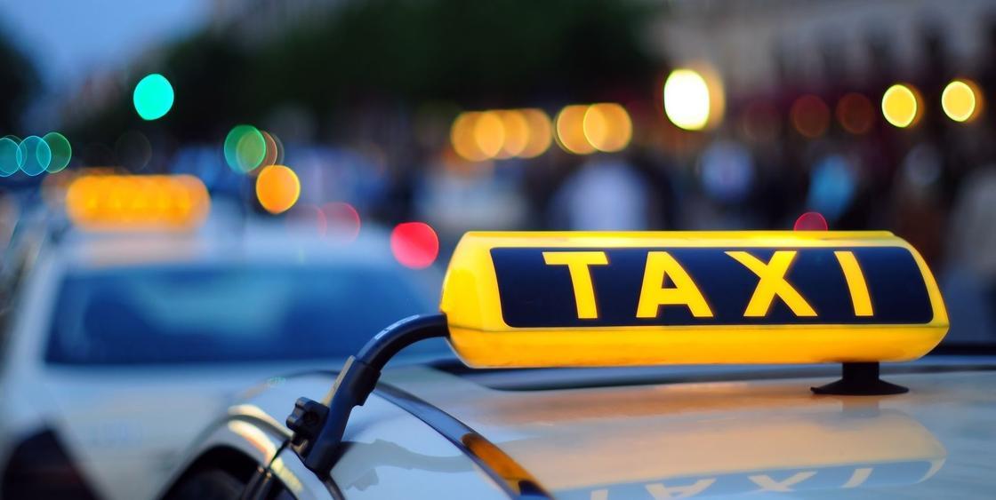 Водитель такси «Престиж» в Караганде с пистолетом напал на девушку и отнял сумку