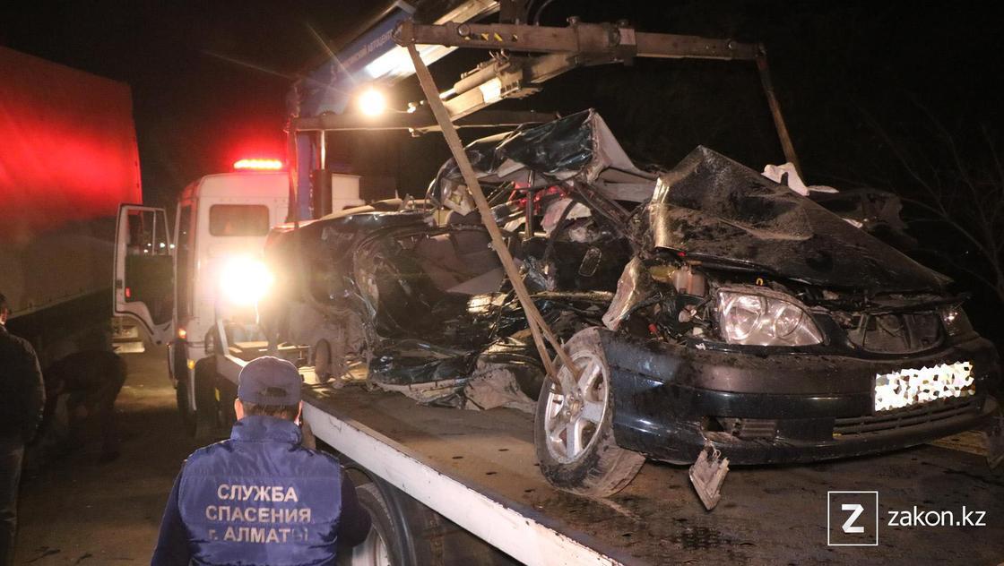 Поврежденный автомобиль на эвакуаторе