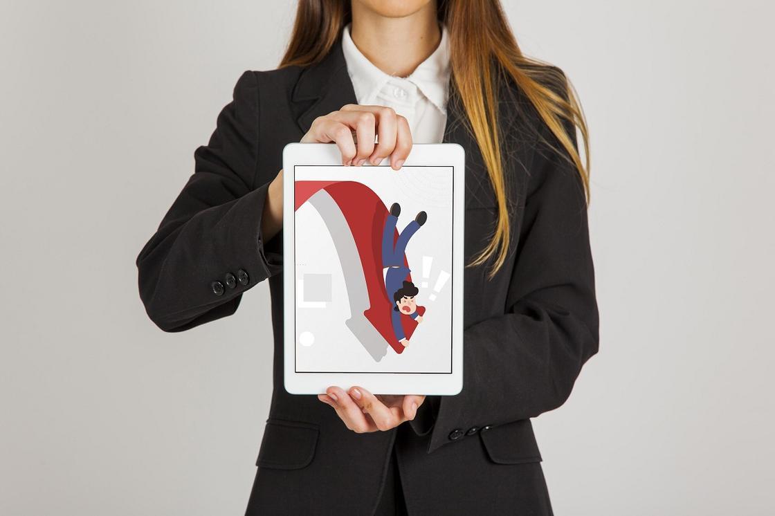 Женщина держит планшет