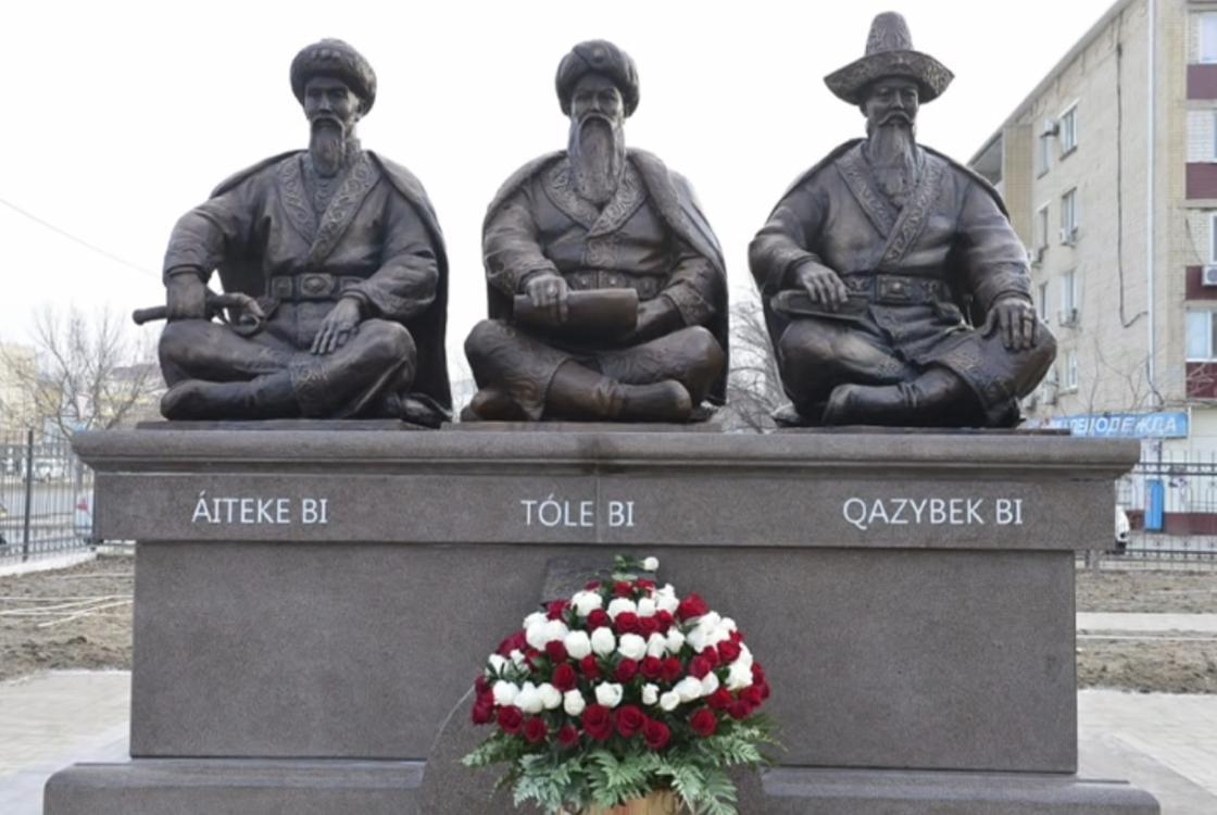 Памятник  трем выдающимся политикам: Айтеке би, Толе би, Казыбек би