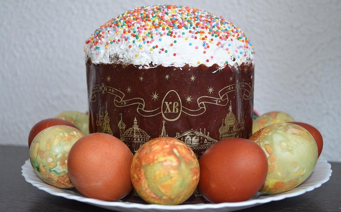 Глазурованный кулич и крашеные яйца