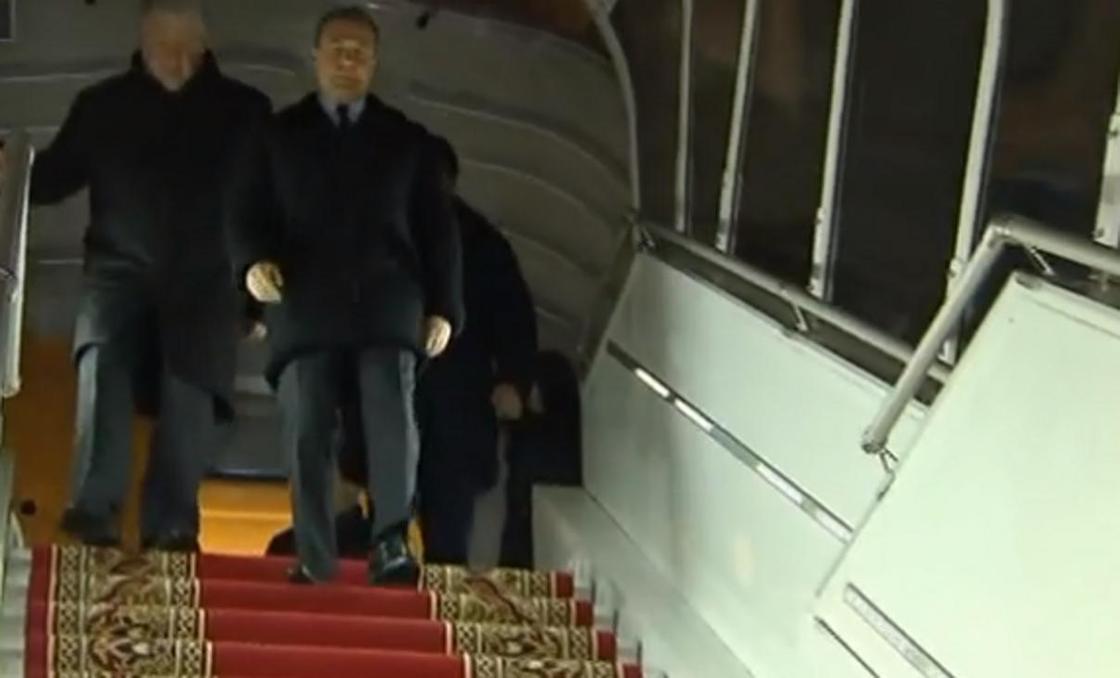 Дмитрий Медведев прилетел в Алматы