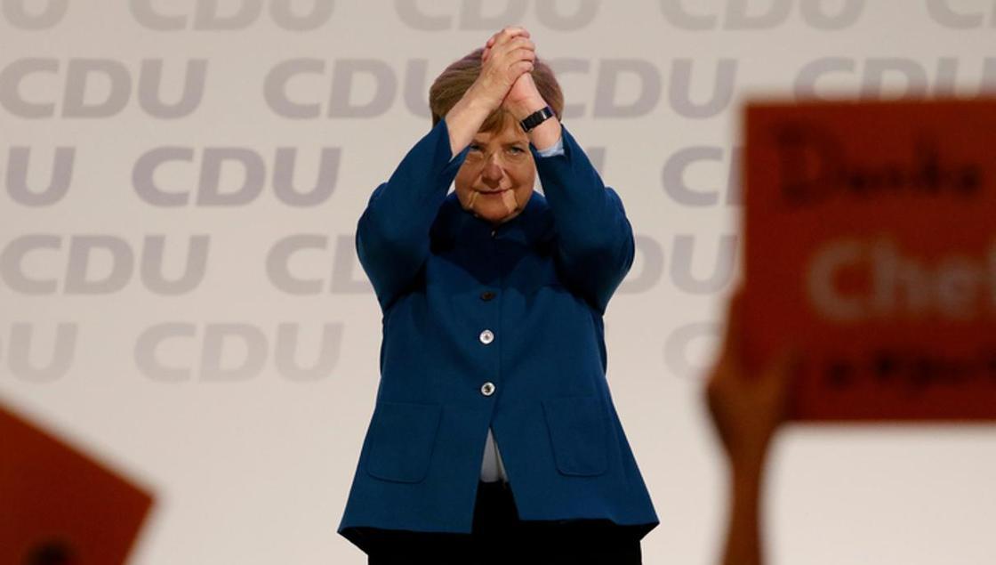 На прощание Меркель получила от ХДС дирижерскую палочку