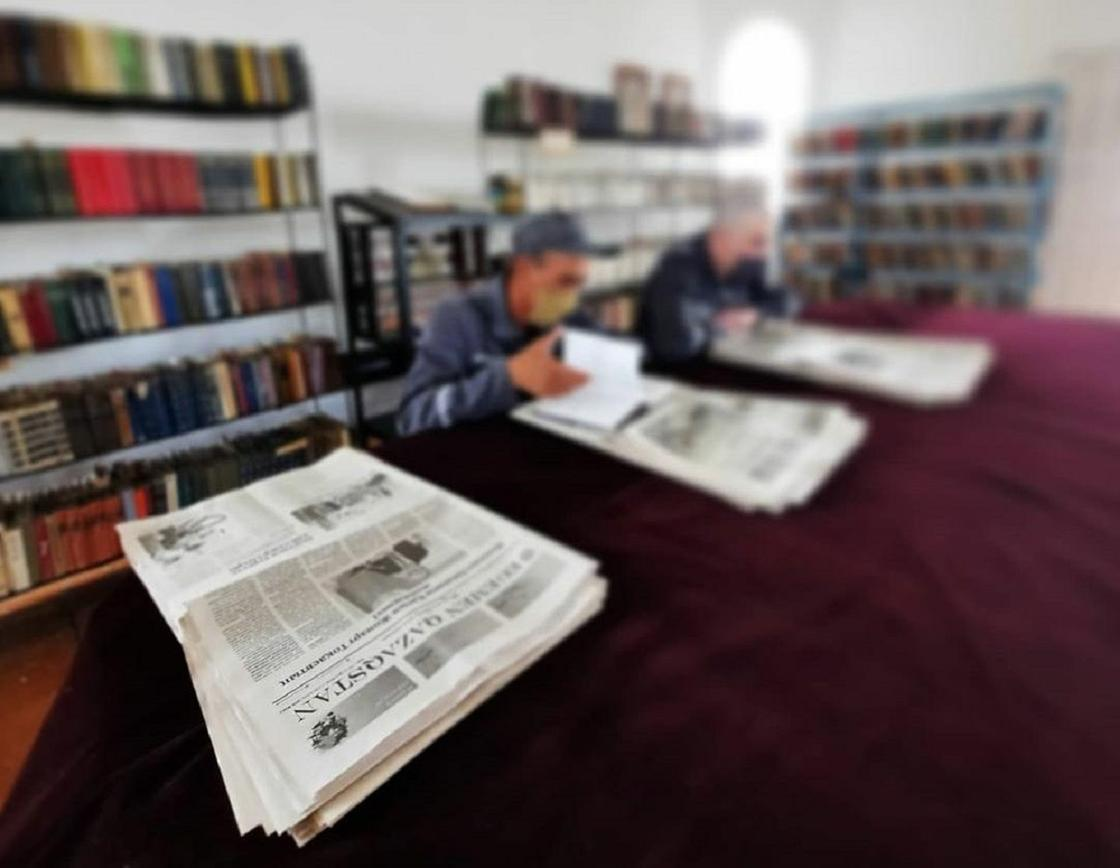 Осужденные сидят в библиотеке в колонии