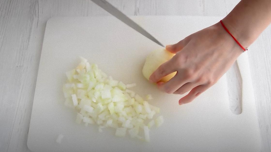 Луковицу режут ножом на кубики