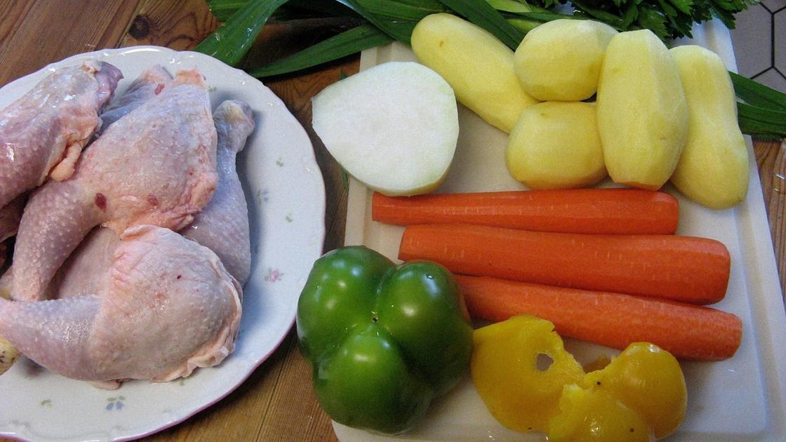 Куриные окорочка и овощи