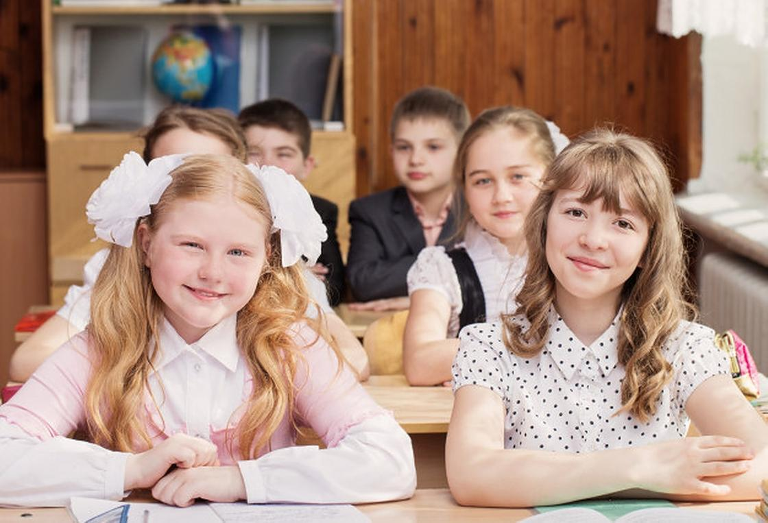 Дети в школе за партами