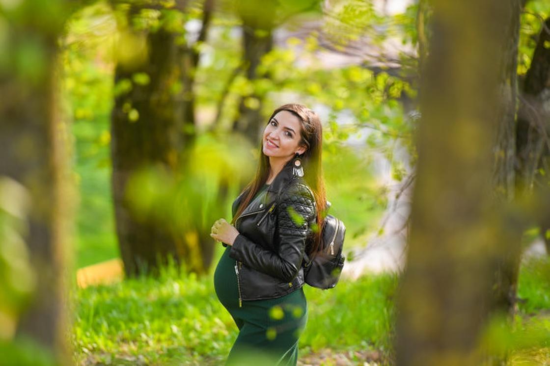 Беременная гуляет в парке