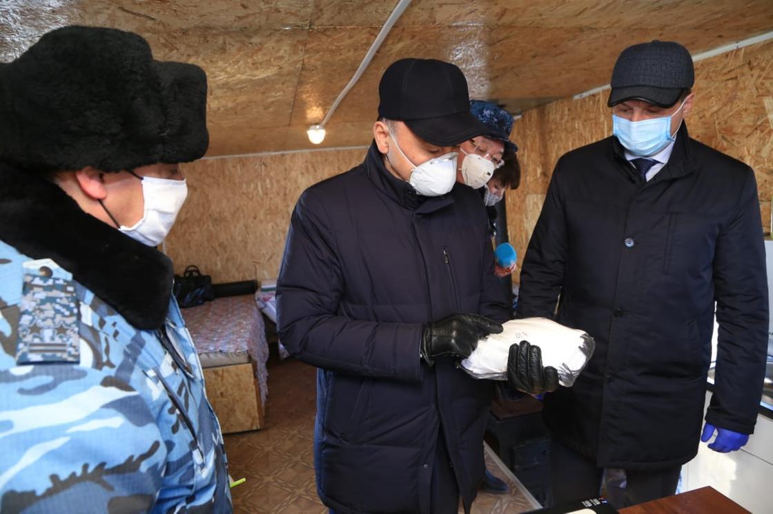 Аким Костанайской области посетил один из десяти блокпостов в регионе