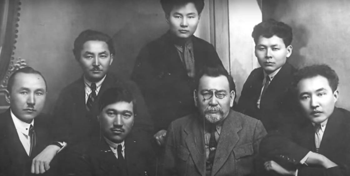 Мухтар Ауэзов (крайний справа) в кругу друзей