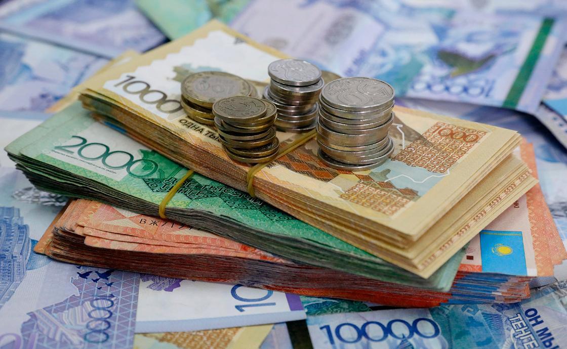 Стопка денег лежит на столе