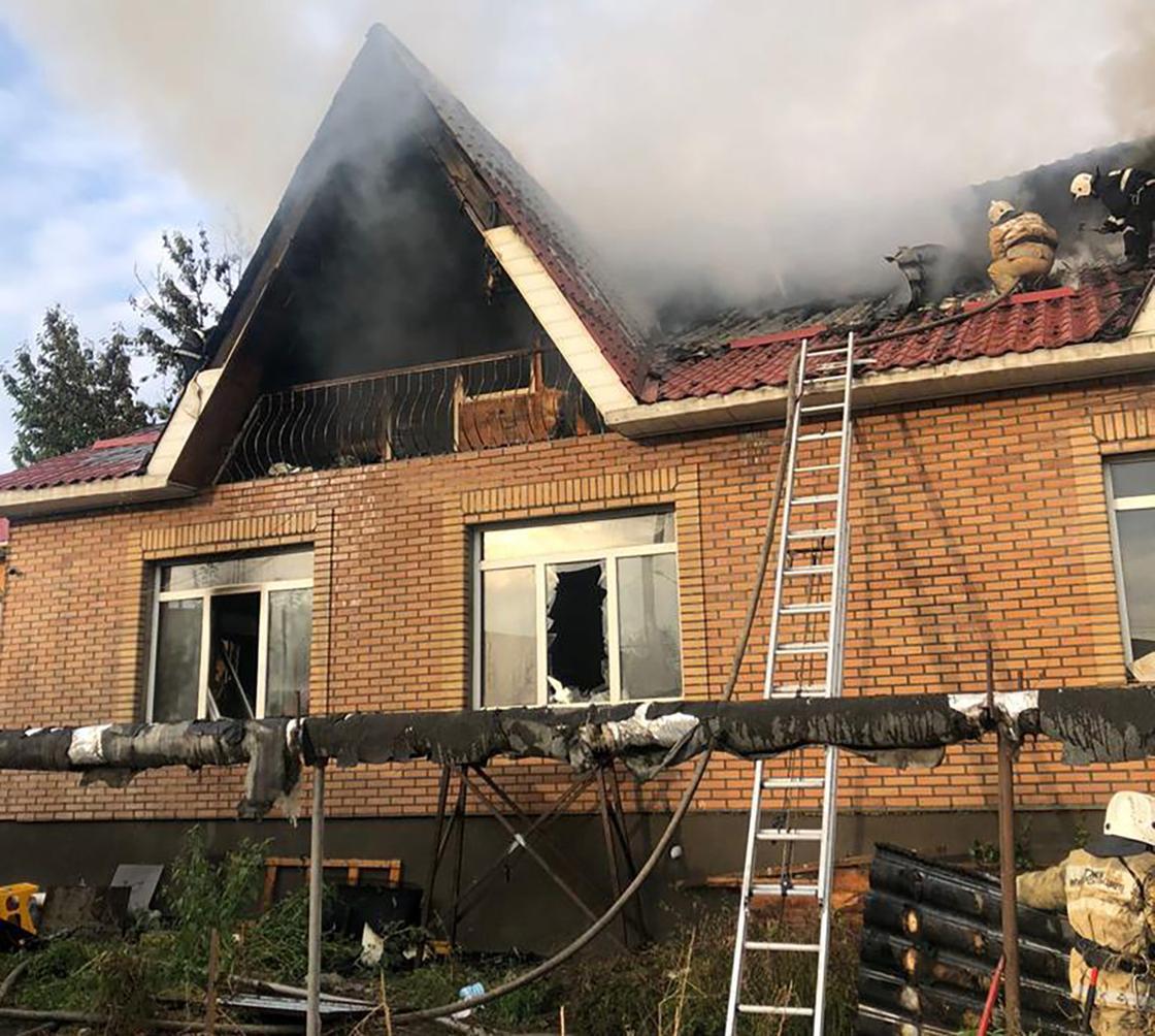 Огнеборцы тушат пожар в доме в Алматы