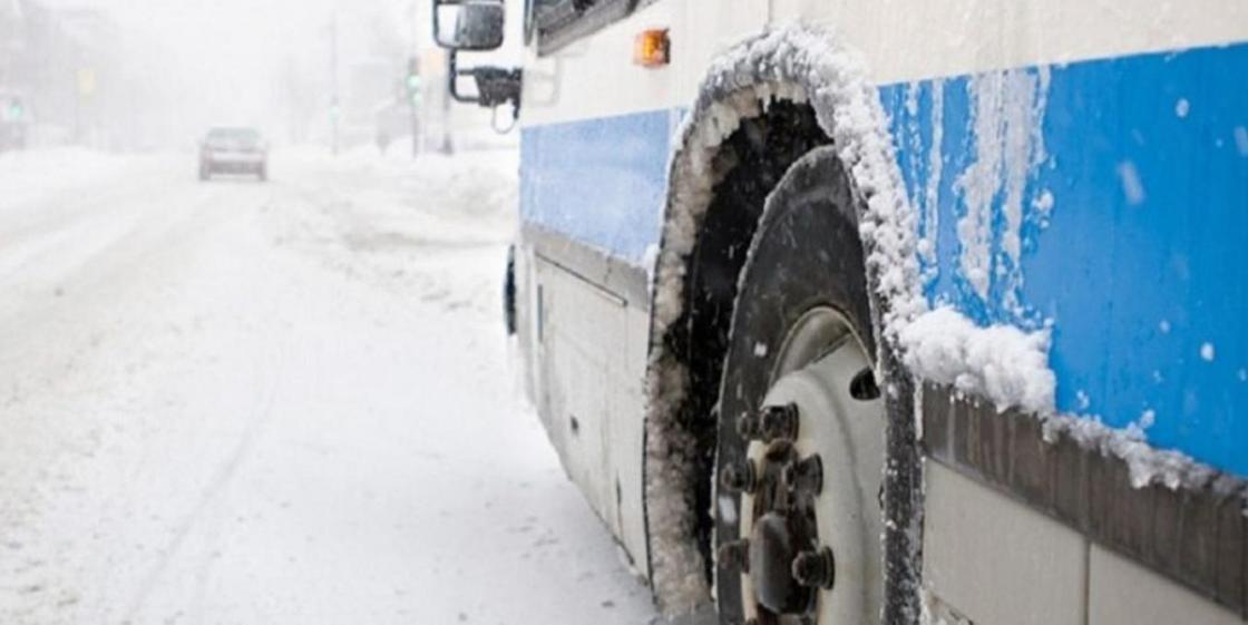 """Пассажирский автобус перевернулся в Астане после столкновения с """"легковушкой"""""""