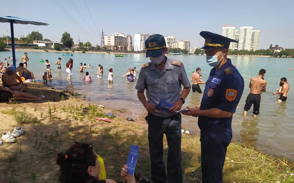 Полицейские раздают отдыхающим на Сайране памятки о безопасности